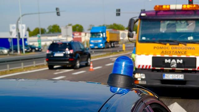 Pojazdy uprzywilejowane - pomoc droga i policja
