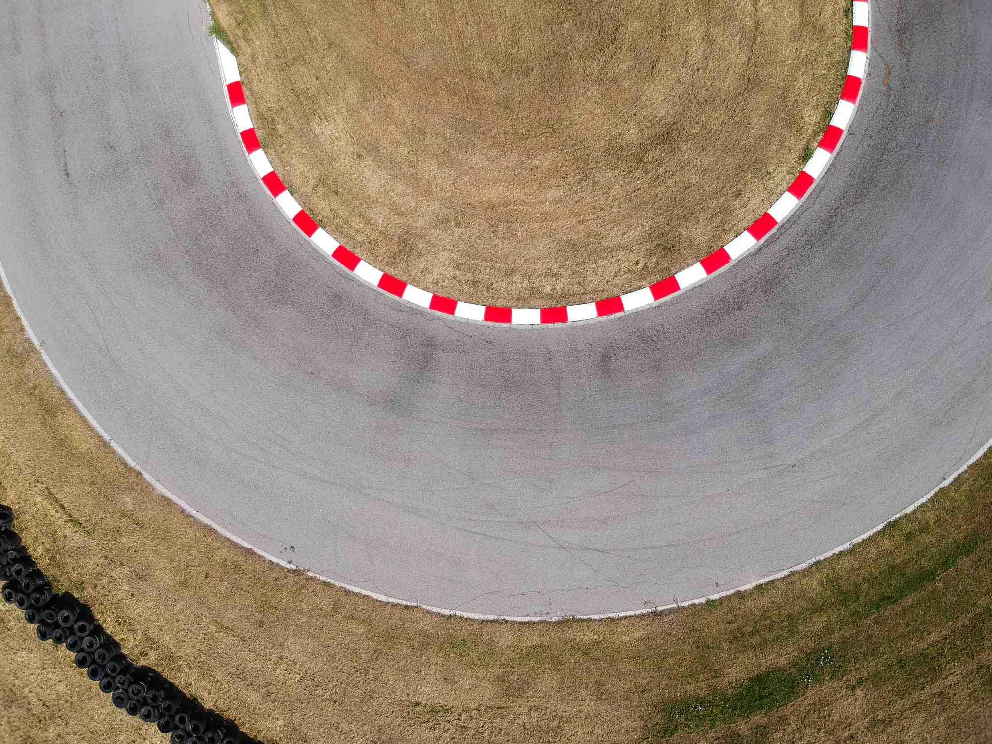 autodrom do ćwiczeń z płytami poślizgowymi dla kierowców pojazdów uprzywilejowanych