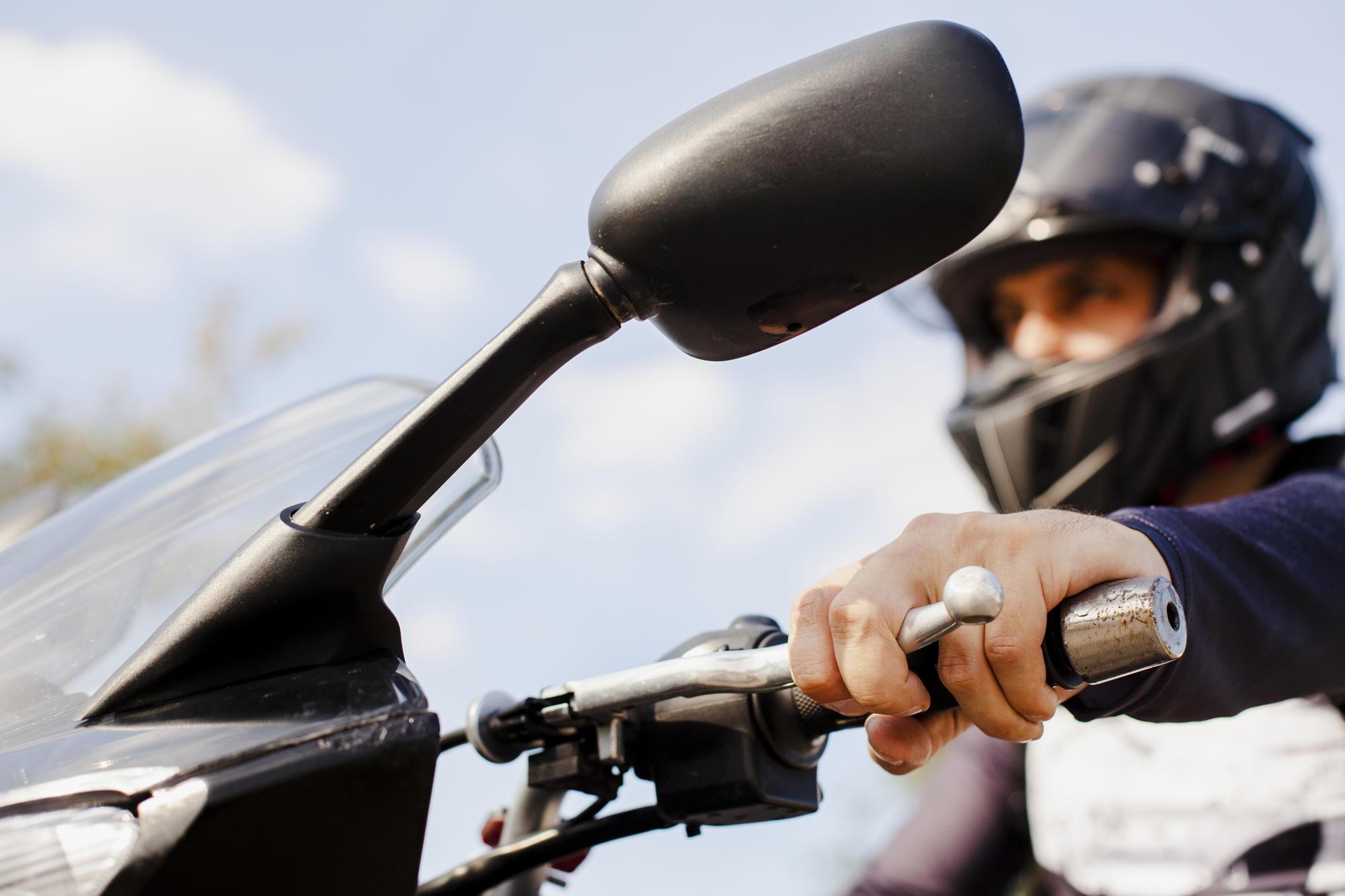 obowiązki kierowców motocykli wobec pojazdów uprzywilejowanych