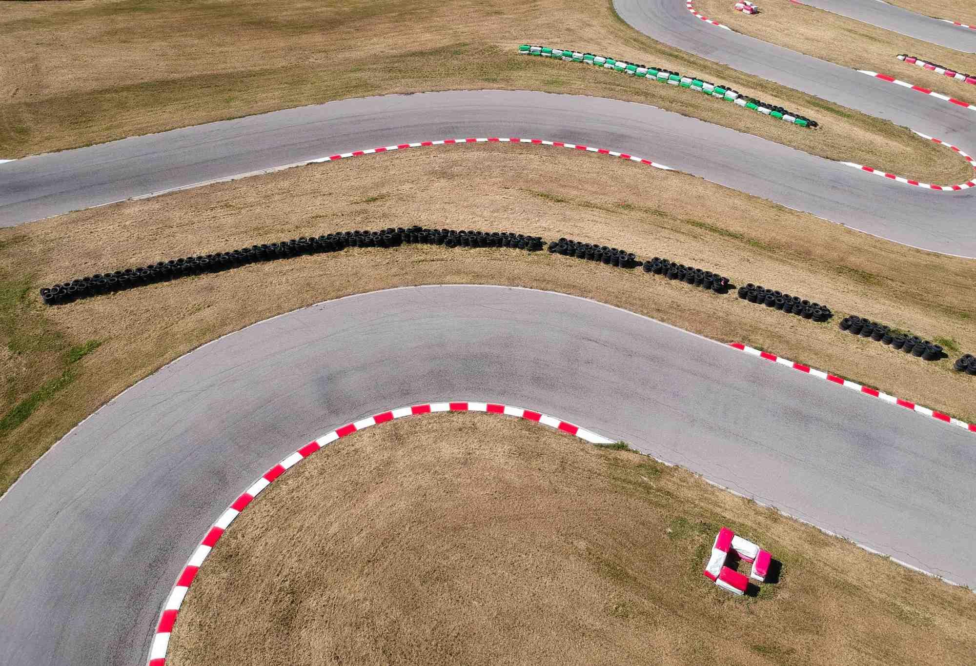 specjalistyczny autodrom w programie szkoleń kierowców na pojazdy uprzywilejowane - tor samochodowy